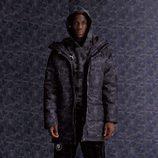 Mario Balotelli con abrigo en estampado camuflaje azul oscuro para la línea PUMA X BAPE