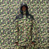 Mario Balotelli con abrigo en estampado camuflaje verde y marrón para la línea PUMA X BAPE