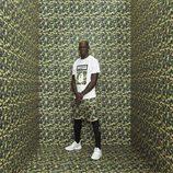 Mario Balotelli con camiseta logo BAPE y pantalones estampado camuflaje verde para línea PUMA X BAPE
