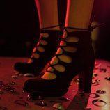 Tacones negros de punta redonda con cordones cruzados de la línea Xmas Punk de Shana