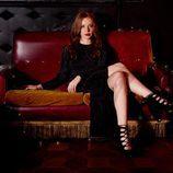 Modelo con vestido negro de terciopelo plisado de la línea Xmas Punk de Shana
