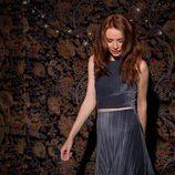 Modelo con crop tp y falda midi de terciopelo plisado en azul de la línea Xmas Punk de Shana
