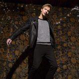 Modelo masculino con perfecto de cuero y jersey lurex de la línea Xmas Punk de Shana