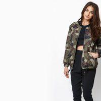 Modelo con top y pantalón negro y bomber camuflaje de Kendall y Kylie Jenner para PacSun