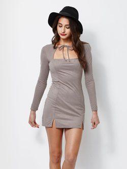 Modelo con vestido ajustado de ante en tauppe con lazo en el pecho y sombrero de Kendall y Kylie Jenner para PacSun
