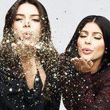 Kendall y Kylie Jenner como imagen de campaña soplando confeti dorado para PacSun