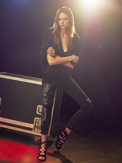 Modelo posando con jeans Denim Deluxe con abrigo de pelo para Bershka y Swarovski