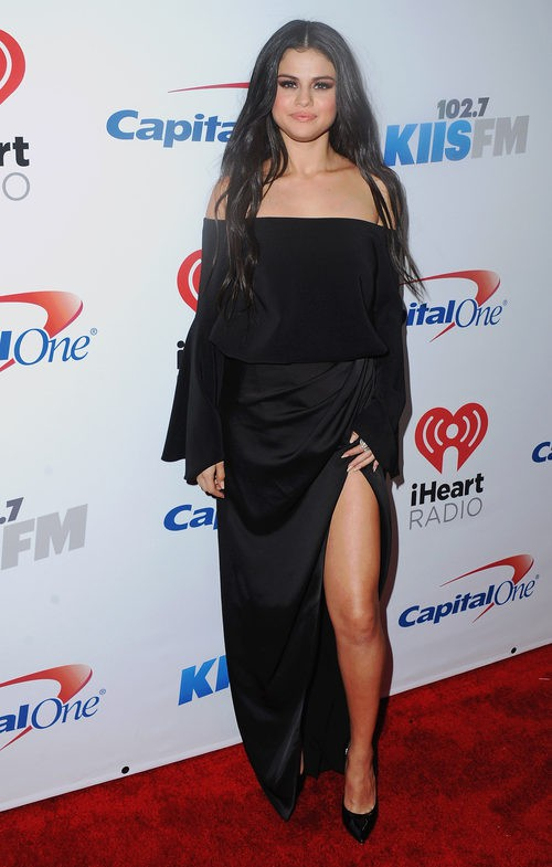 Selena Gomez con un vestido negro largo y apertura lateral