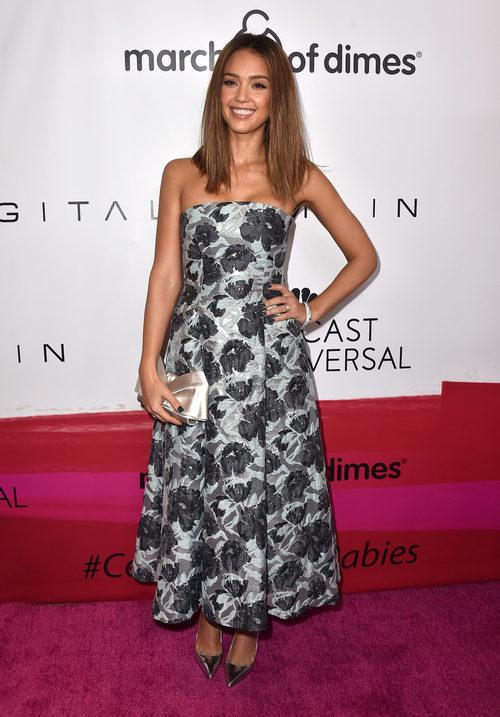 Jessica Alba, estupenda con su vestido print floral