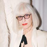 Liesbeth In't Hout con esmoquin blanco y camisa con lazo para la campaña 'The Dinner Party' de &Other Stories