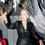 Cristina Morozzi con vestido negro de encaje con escote para 'The Dinner Party' de &Other Stories