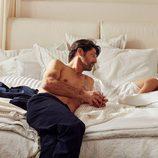 Tony Ward con pantalón de pijama azul para 'Hotel SS16' de Zara Home