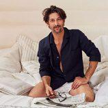 Tony Ward con camisa de pijama azul y calzón blanco para 'Hotel SS16' de Zara Home
