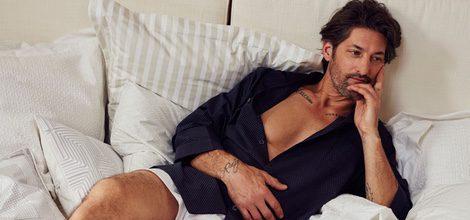 Tony Ward recostado en almohadones con camisa de pijama azul para 'Hotel SS16' de Zara Home
