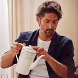 Tony Ward desayunando con menaje para 'Hotel SS16' de Zara Home