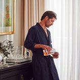 Tony Ward con albornoz y pantalón de pijama azul oscuro para 'Hotel SS16' de Zara Home