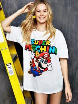 Modelo con camiseta blanca estampada Mario Bros de 'Super Moschino' para AW 15