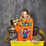Modelo con sudadera naranja y dibujo Super Mario Bros de 'Super Moschino' para AW 15