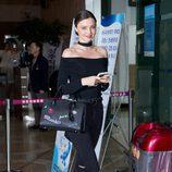 Miranda Kerr con bolso personalizado a su salida de Seul (Corea del Sur)