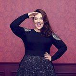 Melissa McCarthy con suéter con detalle en el hombro y falda para 'Seven7'
