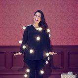 Melissa McCarthy con blusa con detalle en el hombro y luces para 'Seven7'