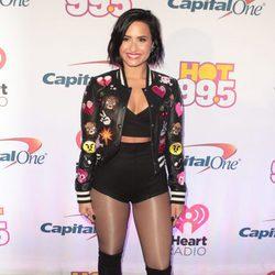Demi Lovato arriesga con su chaqueta de emoticonos