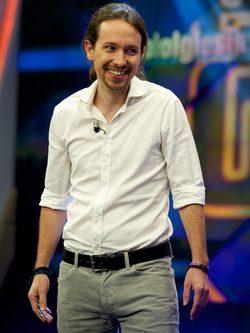 Pablo Iglesias con camisa blanca