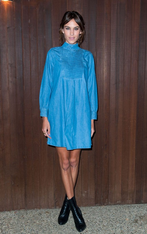 Alexa Chung con vestido camisero denim en color serenity intenso