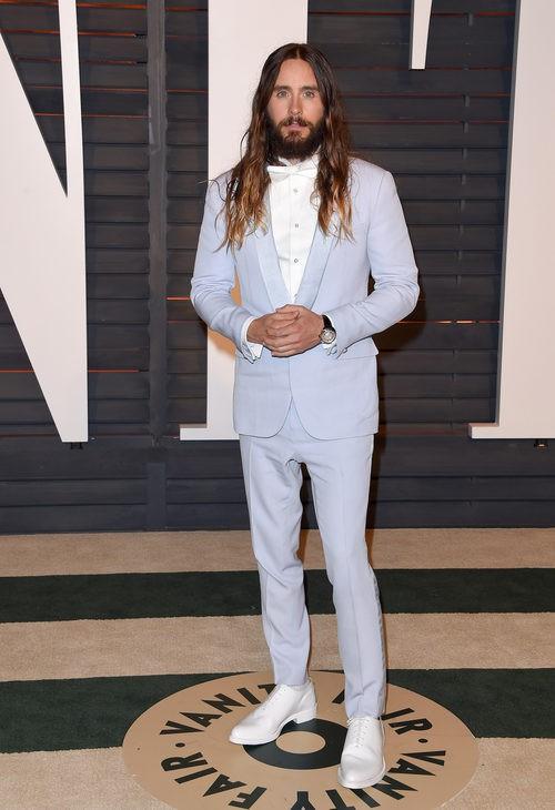 Jared Leto con traje de y pajarita en color serenity
