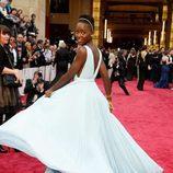 Lupita Nyong'o con vestido de corte griego sin tirantes y plisado con mucho vuelo en color serenity