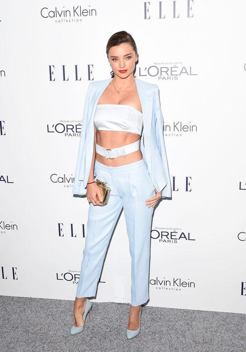 Miranda Kerr con conjunto de americana, croptop y pantalones de pinza en color serenity