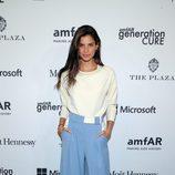 Sara Sampaio con pantalones palazzo en color serenity intenso
