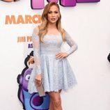 Jennifer Lopez con mini vestido trapecio de encaje en color serenity