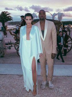 Kim Kardashian con vestido túnica en color serenity