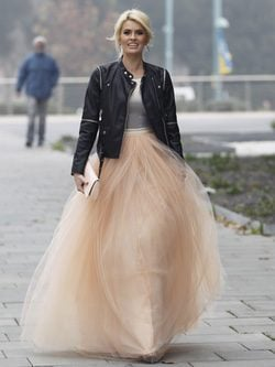 Adriana Abenia con falda de tul, camiseta lúrex y perfecto de cuero