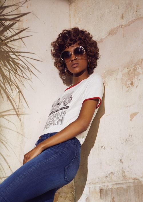 Camiseta con mensaje y gafas de sol estilo setentero de Primark para la temporada primavera/verano 2016