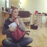 Marta Hazas con bolso saco granate de Paula Franco