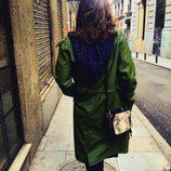 Sara Sálamo con bolso pequeño en print de serpiente de Paula Franco