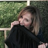 Marta Larralde con bolso de flecos negro de Paula Franco