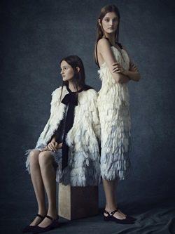 Vestidos midi blancos de flecos y lazos negros de la colección Pre-Fall 2016 de Erdem