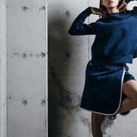 Falda estilo tenis y jersey azul de la colaboración 'NikeLab x Sacai' para 2016