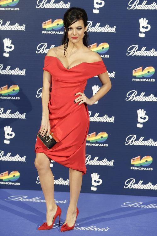 Elisa Mouliaá con mini vestido de pliegues en rojo