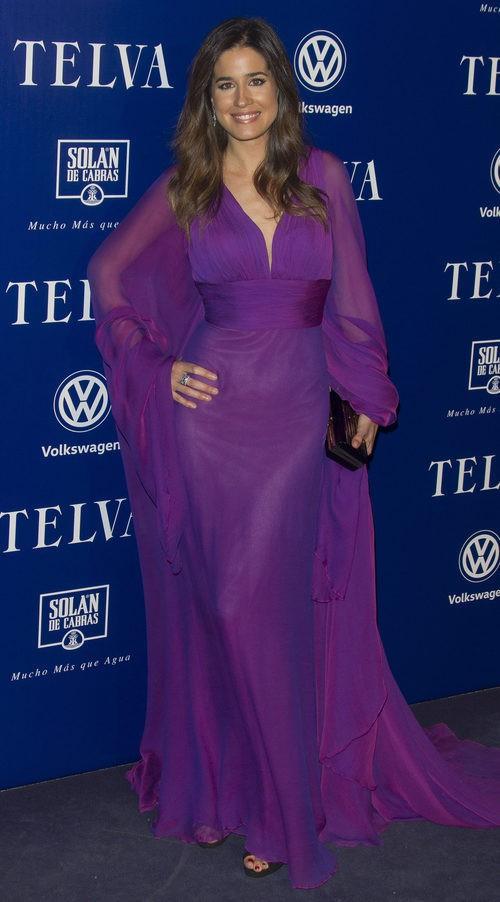 Isabel Jiménez con vestido largo de gasa morada