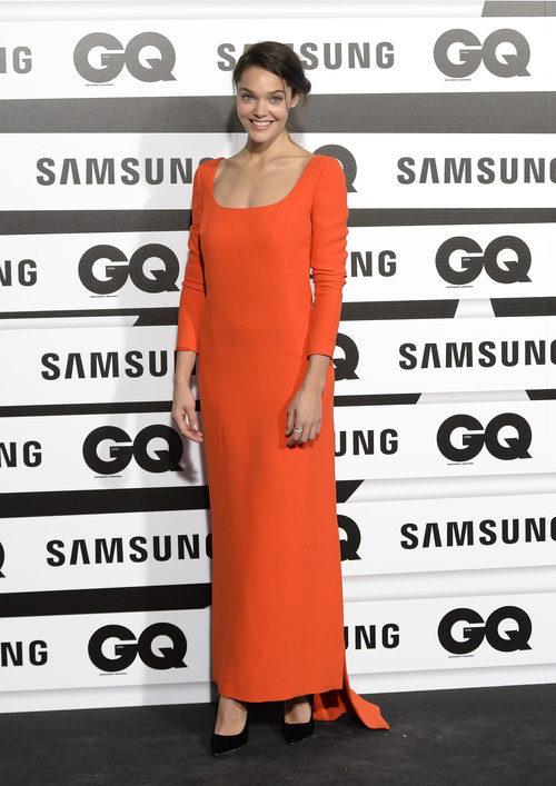 Ana Rujas con vestido largo recto en tonos naranjas