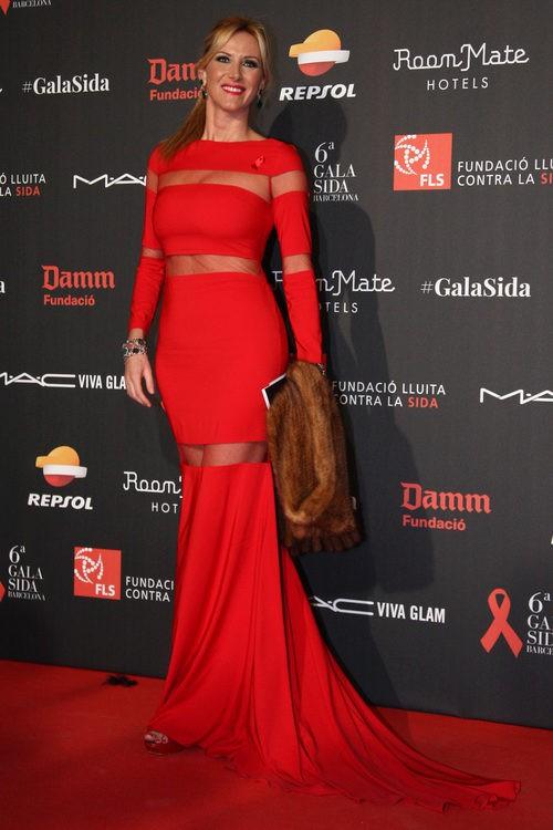 Alejandra Prat con vestido largo rojo con franjas transparentes