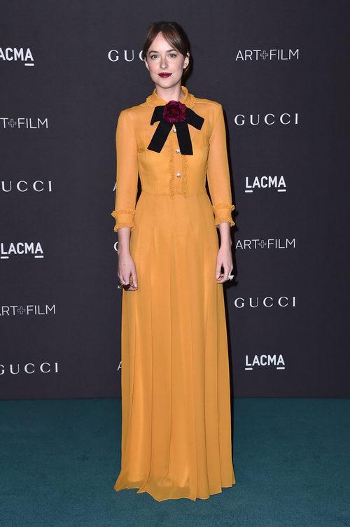 Dakota Johnson con vestido retro en color mostaza