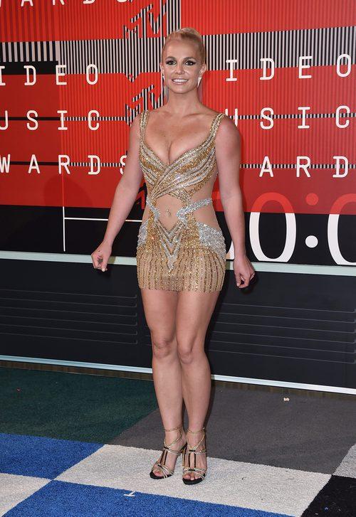 Britney Spears con mini vestido de transparencias y detalles dorados y plateados