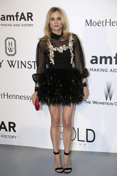 Diane Kruger con mini vestido negro en transparencias y plumas