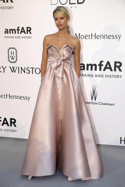 Karolina Kurkova con vestido largo de corte princesa sin mangas en tono neutro y maxi lazo