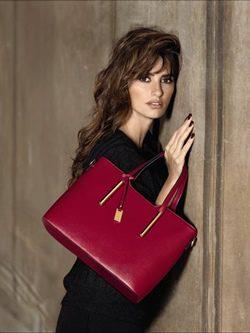 Penélope Cruz con bolso grande cuadrado burdeos de la nueva colección Carpisa para navidad 2015